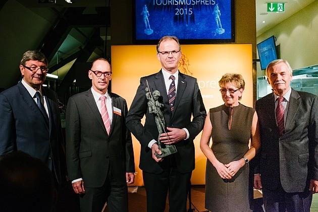 Geschäftsführer Nicolaus Stadeler (Mitte) nimmt den Tourismuspreis 2015 entgegen – Foto: Timo Roth
